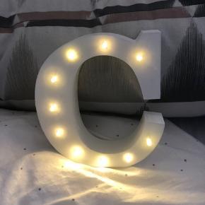 Stående C med lys i Sælges uden batterier