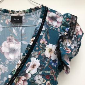 RAVN Colette dress  Maxi slå-om kjole med de smukkeste flæsedetaljer på ærmer og kjolens nederste kanter.   Mål: Kjolen er ca. 155 cm lang, målt på bøjle.  Jeg er selv 169cm høj, og med 7 cm stiletter på går den lige over jorden.   Brugt en enkelt gang til et bryllup.   Nypris: 2.300 kr.