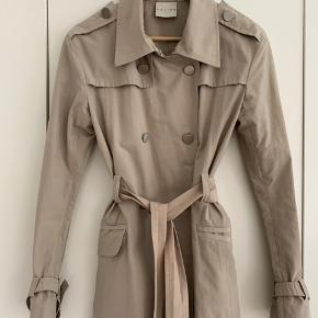 #oldceline trench coat med broderet Celine logo og metalknapper med logo. Polyester-bomuldsblanding, str. 36-38, mangler size tag. Bytter ikke. MP 2000
