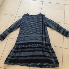 Smuk kjole fra Cecilie Copenhagen. Lækker, blød bomuld i den smukkeste farvekombination 🌸