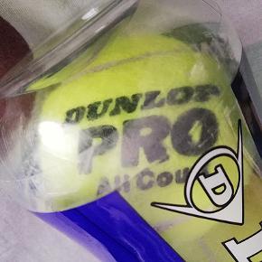 Rør med tre (uåbnet) nye Dunlop tennisbolde Pro All Court.