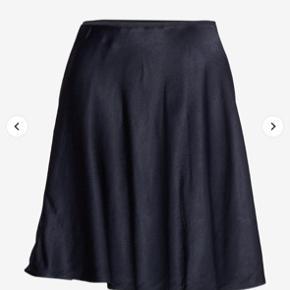 Blå satin nederdel fra samsøe samsøe i str xs. Lidt krøllet men kan selvfølgelig bare stryges. Købt for 3 måneder siden så i pæn stand.