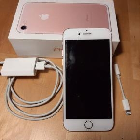 Perfekt fungerende 32gb iPhone der har fået et slag i hjørnet hvor skærmen så er gået lidt i stykker. Telefonen bærer derudover lidt brugstegn men selve mekanikken fungerer perfekt :)  Køber betaler fragt ellers kan den hentes i København.
