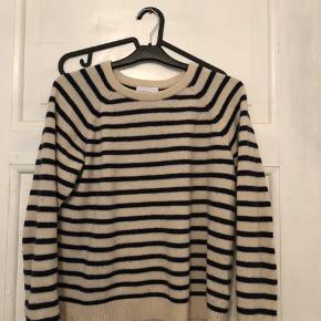 Overvejer at sælge min sweater fra Ganni. Den er en størrelse M, men passes af alt fra xs-m. Farven er beige med mørkeblå Kom med seriøse bud, da den er i super god stand! 💛