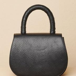 Super fed HIBA bag i sort. Remmen kan tages af og tasken kan bruges som håndtaske.