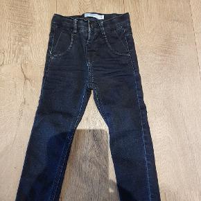 Name it bukser, modellen er god til smalle børn. Brugt men kun til pæn.   Skal hentes i Hjerting ved skippervænget eller efter aftale på Gl Vardevej tæt ved SvømmeStadionDK