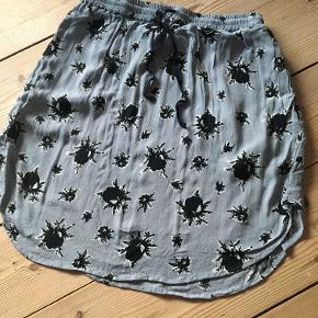 Ganni nederdel 44 cm lang, elastik i taljen og lommer