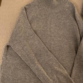 Skøn højhalset strik fra Weekday sælges. Har brede ærmer, der skaber et fashionabelt men comfy look. Perfekt til kolde vinterdage. Hvis varen skal sendes, betaler køber fragten.