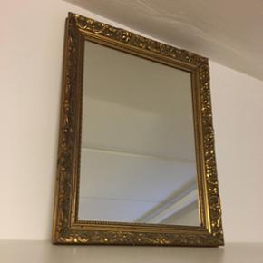 Jeg sælger et spejl med ramme, sælges da jeg har for mange spejle.  Den er cirka 49cm lang og cirka 37 cm bred.😀