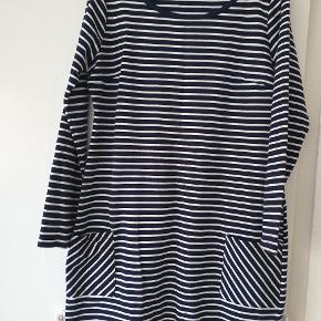 Sød lille kjole str 44/46 blå og hvid  svarer nok mere en 44