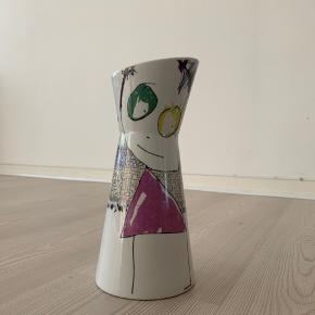 Vase/vandkaraffel fra Poul Pava. 10 cm. bred og 26 cm. høj.
