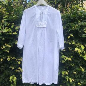 Fantastisk lækker hvid tunika i 100 % italiensk hør og fra det italienske luksusmærke 120%lino. Toppen har 3/4 ærmer og lige til at hoppe i til et par jeans el andet Tunikaens brystmål er ca 55 cm x 2