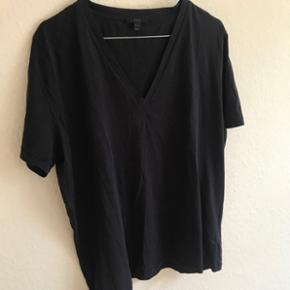 Lækker v halset t-shirt i mørkeblå fra COS. Str. L - nypris 150kr. Aldrig brugt og i meget fin stand. Bytter ikke og sender på købers regning 🌸