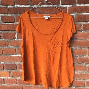 Fin orange t-shirt med lomme på brystet