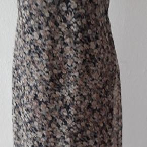 Lang kjole fra Pardon. Kjole har pæn sort underkjole.Er ikke gennemsigtig . Lynlås på siden Fine rynke stropper  Længde 104 cm Brystmål 86 cm