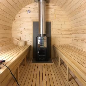 By Vittrup 8-10 pers sauna med stor brændeovn der kan opvarme saunaen på 15-20 min til 70 grader. Incl saunasten til gus.  Håndlavet kvalitets sauna. Kan også laves mindre eller efter mål. Excel trailer.  Også udlejning af sauna og vildmarkskar samt salg af vildmarkskar.  41404087
