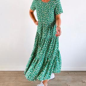 Super spritny lækker kjole og god her til efterår pga farverne og det at den er lang