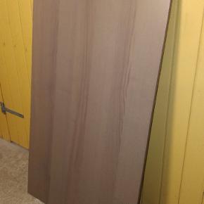 2 skriveborde i farven som på billede (mangler skruer til at skrue pladen fast på benene, kan købes i Bauhaus) og 1 STK i hvid. 160x80