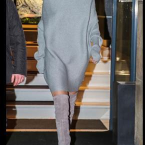 Det lækre strik kjole fra designer remix, sælger også støvlerne på billedet