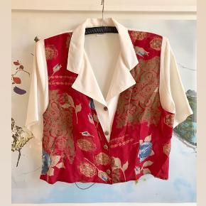 Sjov vintage skjorte med 'vest' og fine detaljer. Oprindeligt fra Sverige.