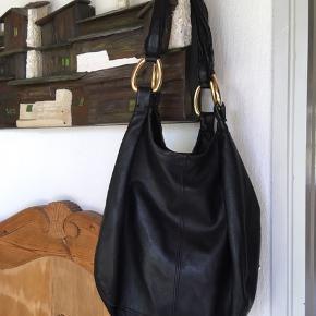 Sort lædertaske. To indvendige lommer med lynlås. Rigtig god stand.  Sender gerne