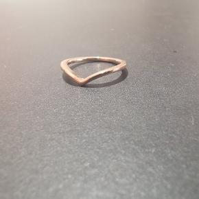 Pandora wishbone ring i 14 karat forgyldt rose gold.  I str 48