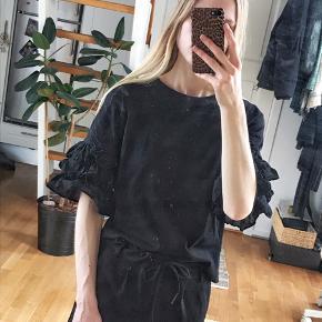 Fin oversize t-shirt med store blonde ærmer.