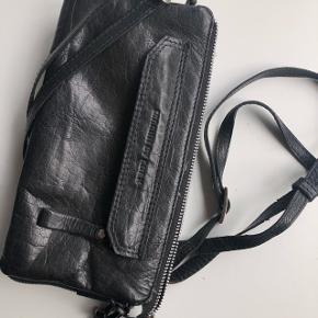Adax clutch med flere rum og justerbar rem.  Rigtig lækker kvalitets clutch i ægte læder.  Np 1000,-