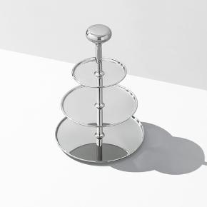 Velholdt Georg Jensen etagère model Alfredo. Højde 35 cm, diameter 24 cm.   Har været brugt til krydderidisplay, men kan bruges til servering, blomsteropsats, neglelak/smykkedisplay og meget andet.   Nypris 1399,-