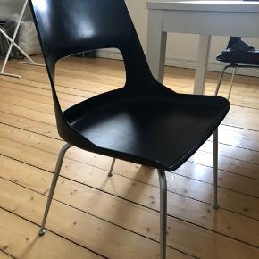 6 stk. spisebordsstole.  Har nogle gode brugsspor, men ellers er de fine!  Hynderne kan følge med (vi har brugt dem til at dække de værste brugsspor og de gør det behageligere)