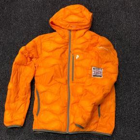 """Peak Performance Helium jakke sælges. Fed orange. Har været brugt få gange. Har været uheldig, at hænge fast i et hegn med den.. så derfor er der en """"lap"""" på. Hullet er meget mindre en lappen. Så man kan sætte et andet på, hvis man ønsker det. ;) Købt på stylepit. Kvittering haves. ;)"""
