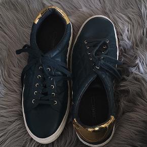 Brugt en enkelt dag, man kan se det en lille smule under skoen men det kan jo vaskes af .  Nypris var 600, sælges for 85 kr!