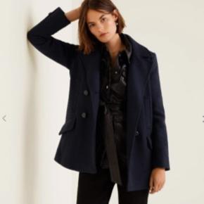 Sælger denne mørkeblå uld frakke fra Mango, da den ikke lige var mig alligevel. Fejler ingenting og er kun blevet brugt en enkelt gang. Den passes af x-small, small og medium. Dejlig varm her til vinter