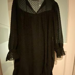 Kjole/tunika i sort.  Ikke gennemsigtig