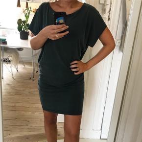Lækker grøn kjole str. XS/S, rummelig i str. Brugt få gange og stand som ny. Np. 600 kr., fast pris 200 kr.  SKRIV KUN VED OPRIGTIG INTERESSE.