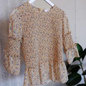 Sælger denne søde bluse fra det danske mærke Norr Official. Blusen hedder: NORR Bluse - Madeline Top og er i farven: Light Yellow Print. Den har kun været brugt en enkelt dag - og fejler ingenting. #trendsalesfund #yellow #gul #Norr
