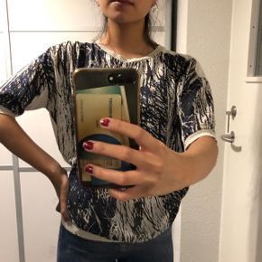 T-shirt fra Vero Moda Str: XS Prisen er ikke fast, så byd endelig :)