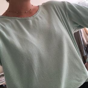 Fed vintage bluse med fine detaljer. Blusen også passes af small-large 💛 Byd!