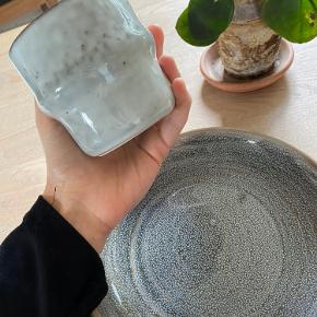 BESKRIVELSE: Meget smukke og elegante skåle/dybe tallerkner og kopper/mugs fra House doctor. 🦋 Der er 4 skåle og 11 kopper. Nypris samlet ca 1500 DKK Sælges for 750 DKK  Aldrig brugte men købt grundet samling af stel. Sælges da jeg fandt andet stel, jeg hellere vil samle på 🤦🏼♀️  MØDESTED: Aarhus C eller omegn eller kan afhentes i Malling  PORTO: Køber betaler 🕊  RABAT: Jeg giver mængderabat, så tjek mine andre annoncer! 🌸 Har både ting fra GANNI, COS, Baum&Pferdgarten og &OtherStories!