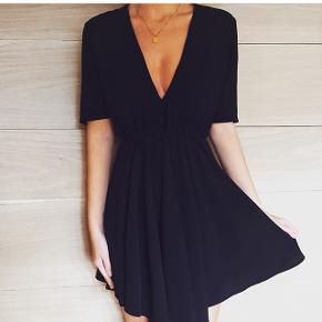 Sælger min flotte kjole fra Sofie Kimman. Den er str M/L, med elastik i taljen. Den er aldrig brugt, da jeg valgte at hoppe i en anden kjole til min fødselsdag, som denne oprindeligt var købt til. Den må meget gerne afhentes på Amager, ellers kommer portoen oveni.  Perfekt til nytår!