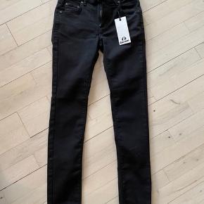Costbart model Bowie slimfit jeans str 25 = 12 år.  Aldrig brugt - stadig med mærke på.  Nypris kr 500 Mindstepris kr 200+