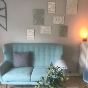 Sælger denne smukke sofa. Jeg har en dreng og den er brugt gennem tiden, men hvis der sidder en der gider give den en kærlig hånd så er jeg sikker på den kan blive fin igen. Den har ingen skader ellers! Og stoffet er fint alle steder.