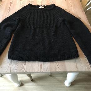 Fin sort sweater fra Ivan Grundahl i str 40/L. Mærket er klippet af, så materialet kendes ikke. Men den kradser ikke. Brystmål: 2x46cm, længde: 60 cm. BYTTER IKKE. Sælges for 500 kr. Se også mine andre annoncer!!!