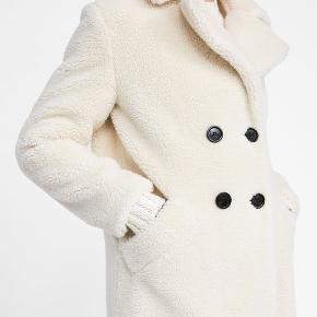 Sælger denne frakke fra Zara. Den er kun brugt en enkelt gang og standen er helt som ny. Stadig i butik  Str. XS  Nypris 699 kr. Mp 400 kr. (bud herunder besvares ikke)  Sælges kun afhentet nær Forum St. 🌸