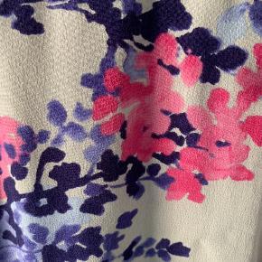 Yndig kjole fra Joules med smukt print i de fineste farver. Rigtig god pasform. Ønskes billeder, hvor den er prøvet på, så send en besked :)