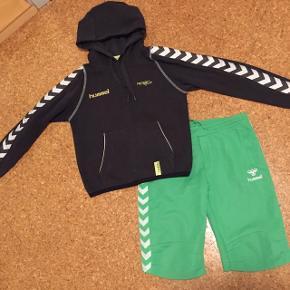 Str. 128/134 Hummel hoodie samt Hummel shorts.Sælges samlet - 200 kr. INKL. Forsendelse (kan også afhentes hos os, Aarhus N)
