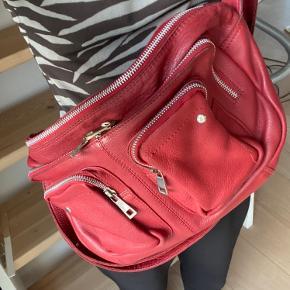 Sindssygt fed nunoo taske i rød! Kan bruges til hverdag og til at pifte et basic outfit op!   Tasken er brugt, men er i skind og er holdt rigtig pænt.  Der er en ekstra rem med som kan ses på billederne.   Kvittering haves ikke længere.  Np. 1400kr.  Mp. 400