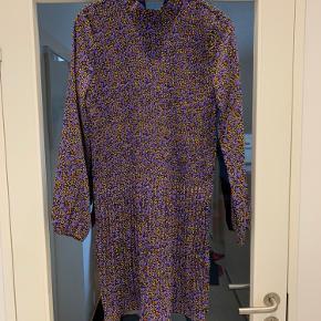 Flot kjole fra Soaked in Luxury i str. small. Aldrig brugt og stadig med prismærke.