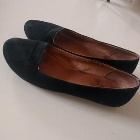 Super fine og meget skønne klassiske ballerina sko fra Shoe The Bear, str. 37. De er i sort ruskind og de er foret med et fint skindfor. En virkelig fin kvalitets sko. De er brugt enkelte gange og de fremstår i rigtig pæn stand.