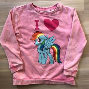 """Brand: H&M My little pony Varetype: næsten ny - rainbowdash bluse Farve: pink  smart H&M bluse med My little pony str 110/116.  Købt med sejt """"slidt look""""   Kan sendes med dao a 37kr.   Handler gerne MobilePay.   Ved ts handel betaler køber ts gebyr."""